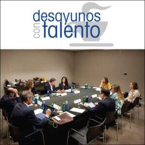 Profesionales en una mesa de reuniones. Reunión de Desayunos con Talento